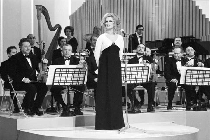 Mina-nel-varietà-televisivo-Teatro-10-1972-Mond